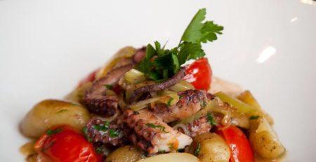Осьминог с мини-картофелем и овощами