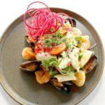 Салат с морепродуктами. Salad with seafood.